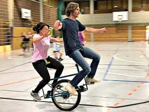Klaus Bartl mit der Gründerin der Einrad-Abteilung, Evelyn Empl, als Partnerin auf dem Einrad-Tandem. Foto: Robert Empl